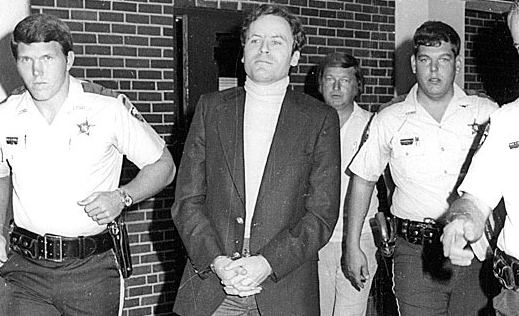 Ted Bundy bajo custodia policial.